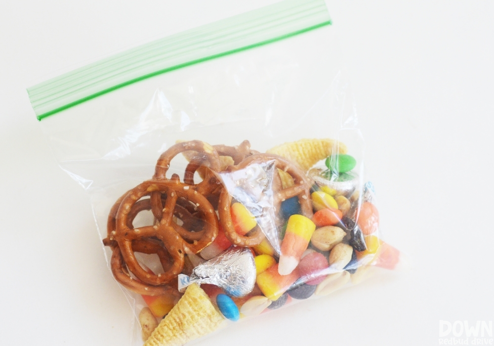 The thanksgiving friendship snack mix in a zip lock bag.